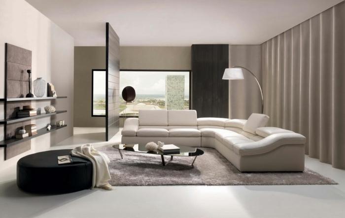 reduziertes wohnen minimalistische einrichtung raumteiler holz couch weiß stehlampe runde ottomane leder schwarz