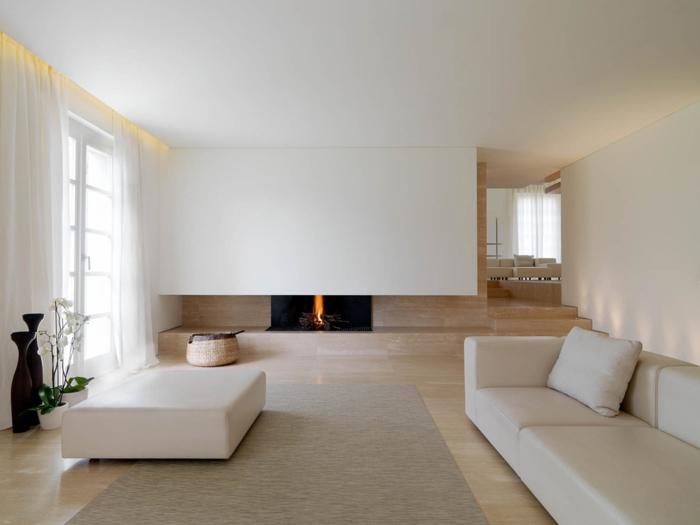 reduziertes wohnen minimalistische inneneinrichtung weiße sitzmöbel kamin