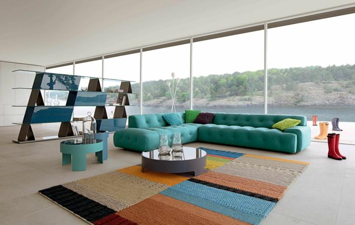 reduziertes wohnen minimalistische moderne wohnung wohnzimmer teppich sofa bücherregal