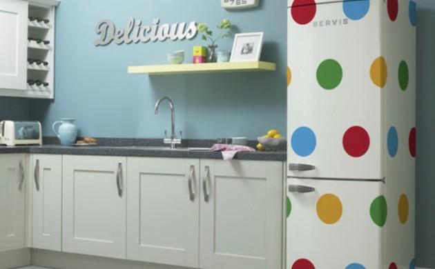 retro-kühlschrank-große-bunte-punkte-vintage-moderne-küchengestaltung
