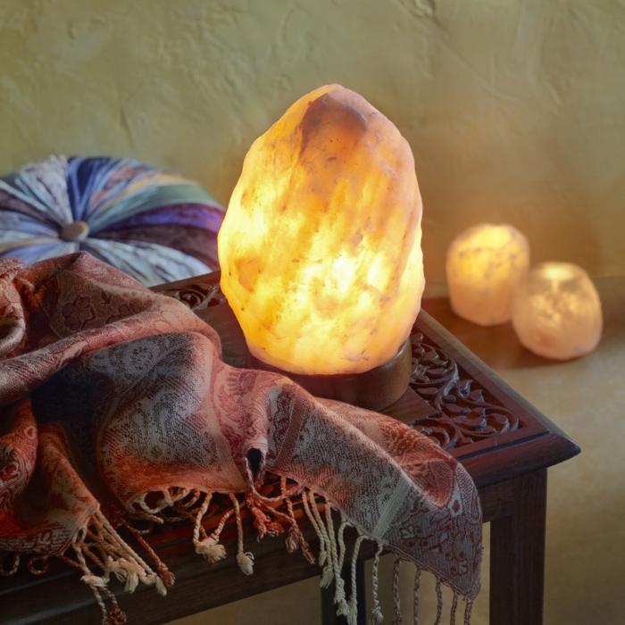 salzkristalllampe himalaya salz leuchte interior indischer schal beistelltisch