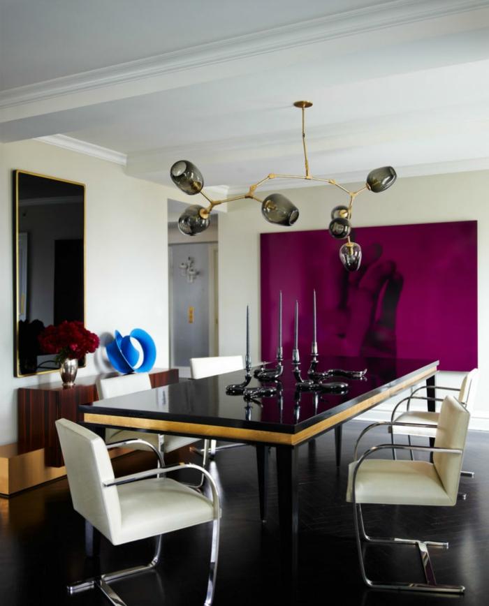 schöne wohnideen essbereich lila akzentwand weiße stühle kerzenhalter