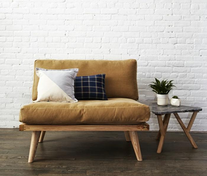 schöne wohnideen sofa beistelltisch dekokissen pflanze