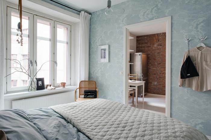 schlafzimmer skandinavische einrichtung hellblaue wandtapete