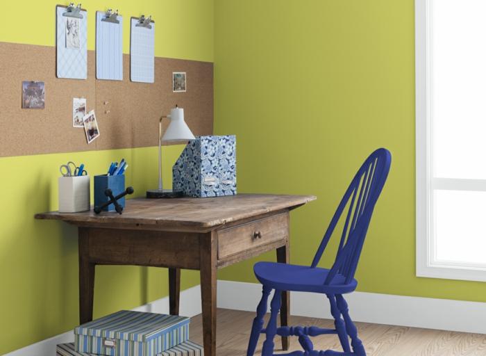 schlichte büroeinrichtung home office gelbe wände blauer bürostuhl vintage scheibtisch