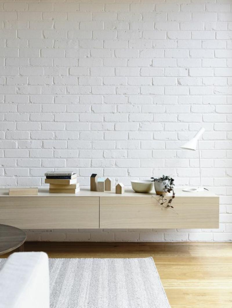 skandinavisch wohnen Backsteinwand weiß streichen hängendes Sideboards
