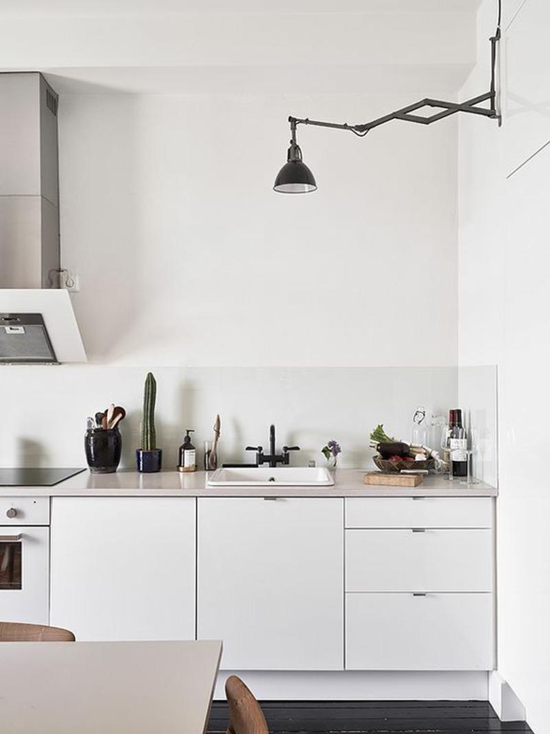 skandinavisch wohnen Einrichtungsbeispiele Küchenarbeitsplatte Wandlampe