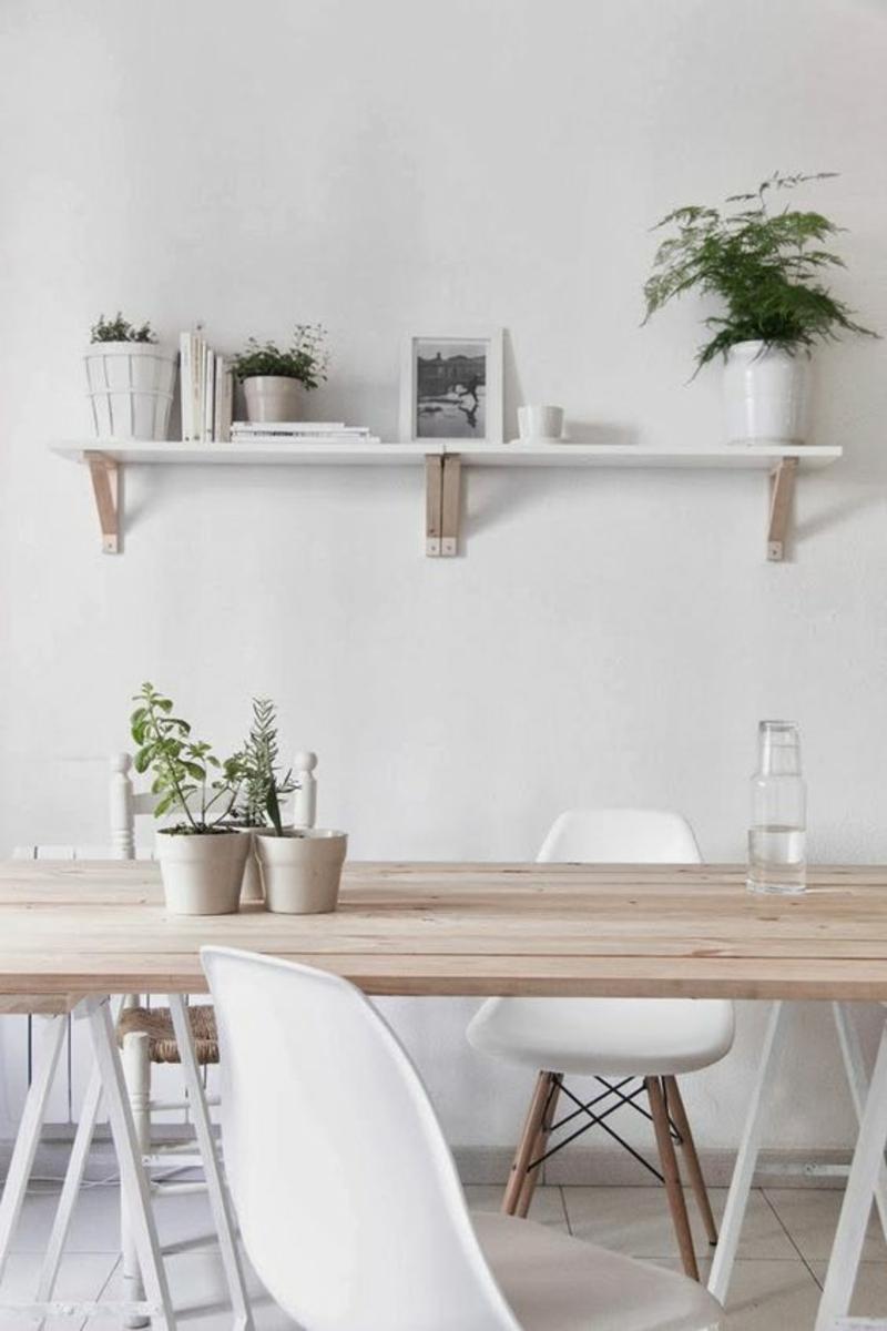 skandinavisch wohnen Esszimmermöbel Eames Chairs weiß Holztisch Wandregal