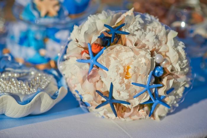 strandhochzeit blumenstrauss pfingstrosen blaue seesterne perlen