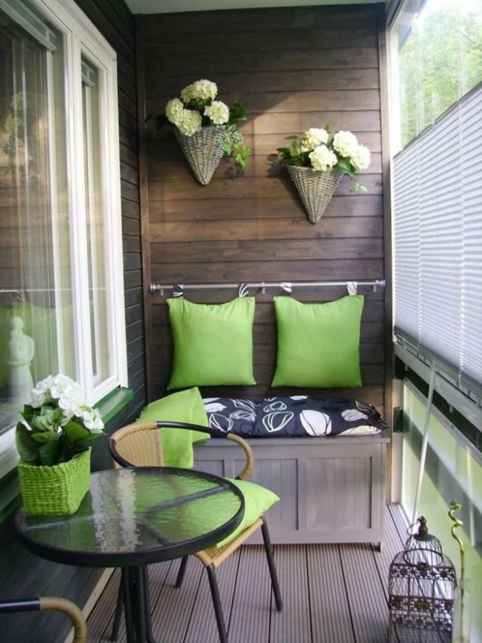 terrassengestaltung balkomöbel sofa schrank kissen grün runder tisch stühle polyrattan