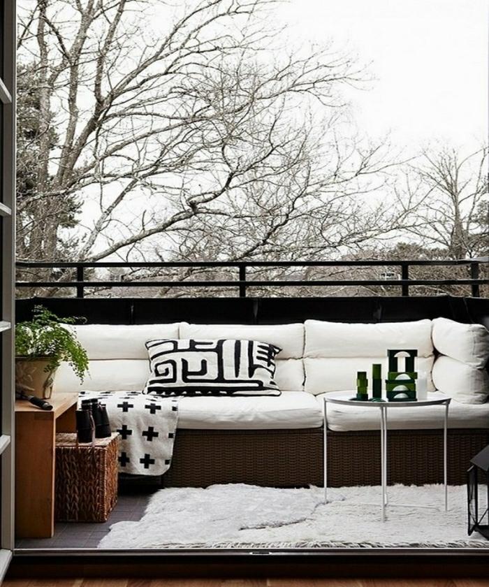 terrassengestaltung balkoneinrichtung schwarz weiß rattanmöbel teppich sofa