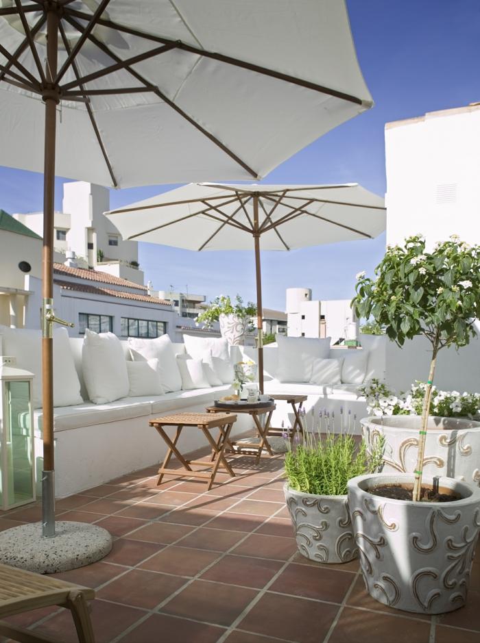 terrassengestaltung balkoneinrichtung weiße balkonmöbel kissen beistelltische pflanzkübel