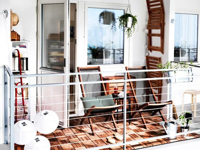 terrassengestaltung holzboden klappstühle balkoneinrichtung