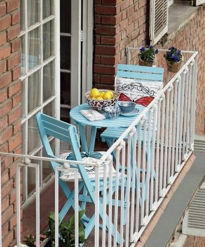 terrrassengestaltung balkonmöbel blau holzmöbel klappstühle runder tisch porzellan geschirr