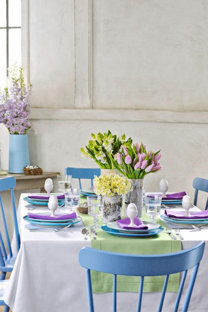tischdeko blau blaue akzente teller farbige tulpen grüner tischläufer