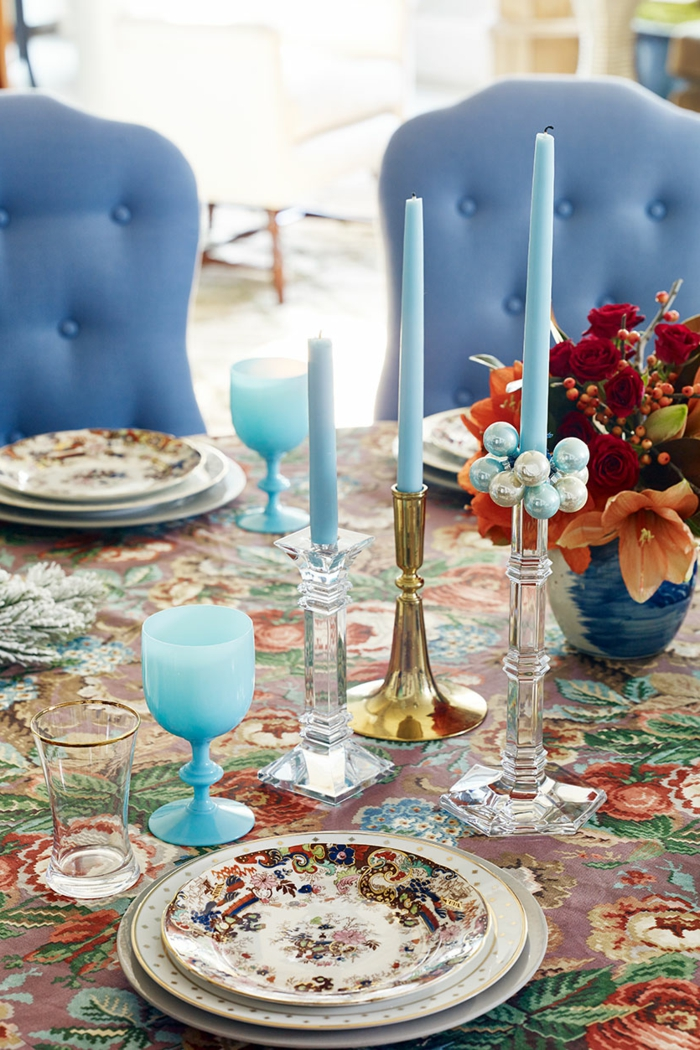 tischdeko blau blaue kerzen gläser farbige tischdecke