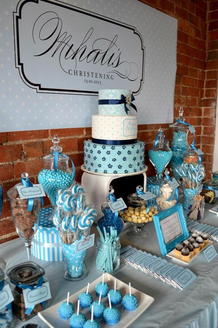tischdeko blau blaue süßigkeiten torte festlich