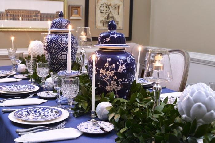 tischdeko blau blaue tischdecke weiße kerzen pflanzen