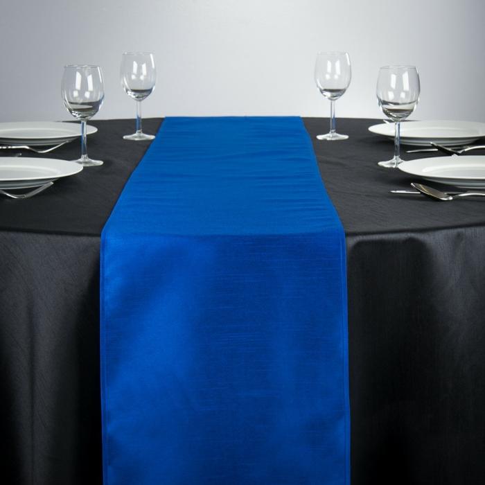 tischdeko blau blauer tischläufer schwarze tischdecke kontrast