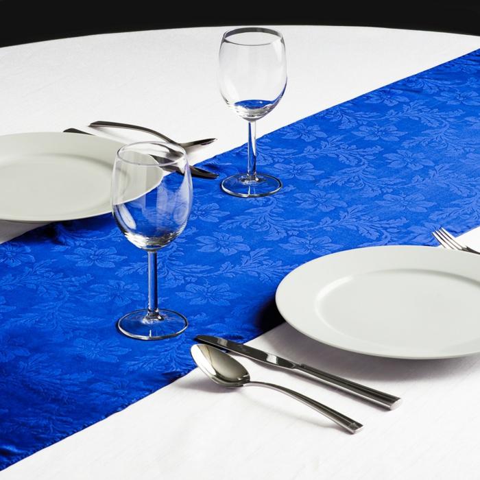 tischdeko blau blauer tischläufer weiße tischdecke farbkontrast