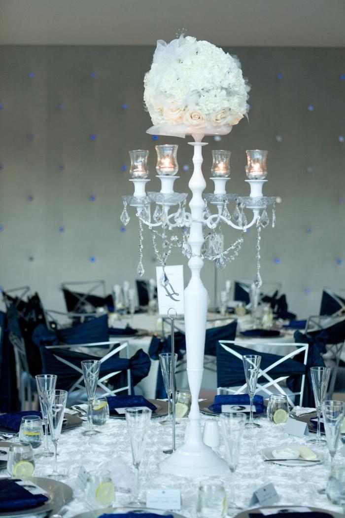 tischdeko blau dunkelblaue akzente weiße tischdecke leuchten