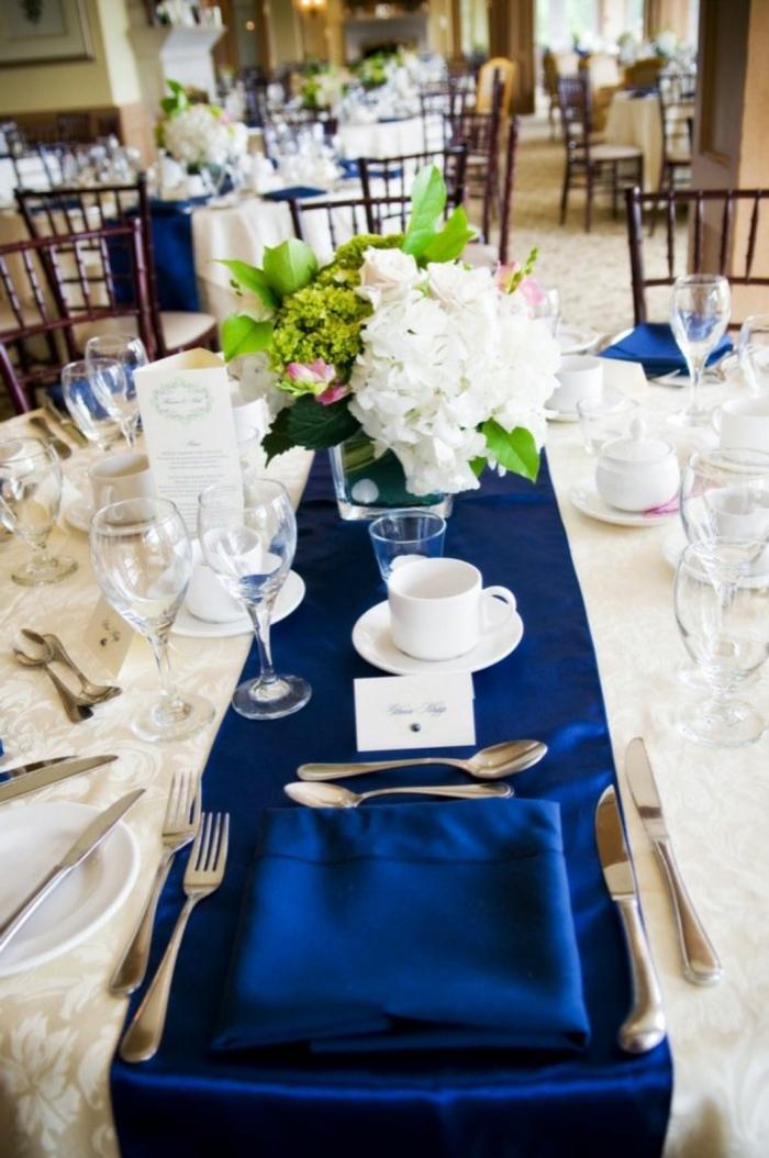 tischdeko blau tischläufer weiße tischdecke festlich