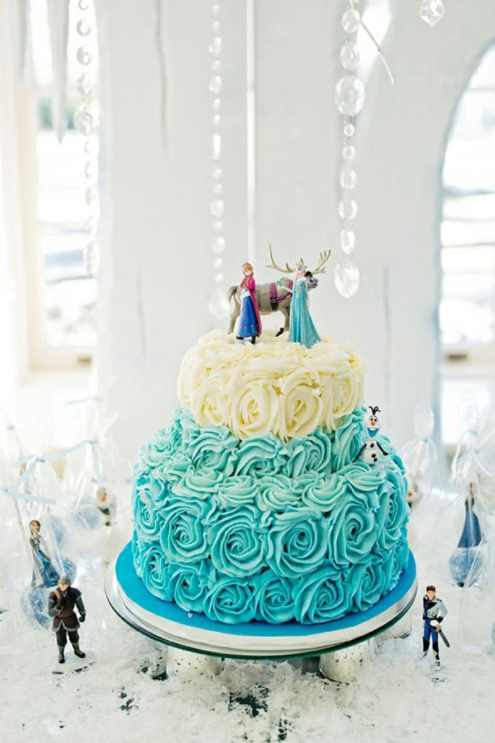 tischdeko blau torte hochzeit feiern weißer hintergrund