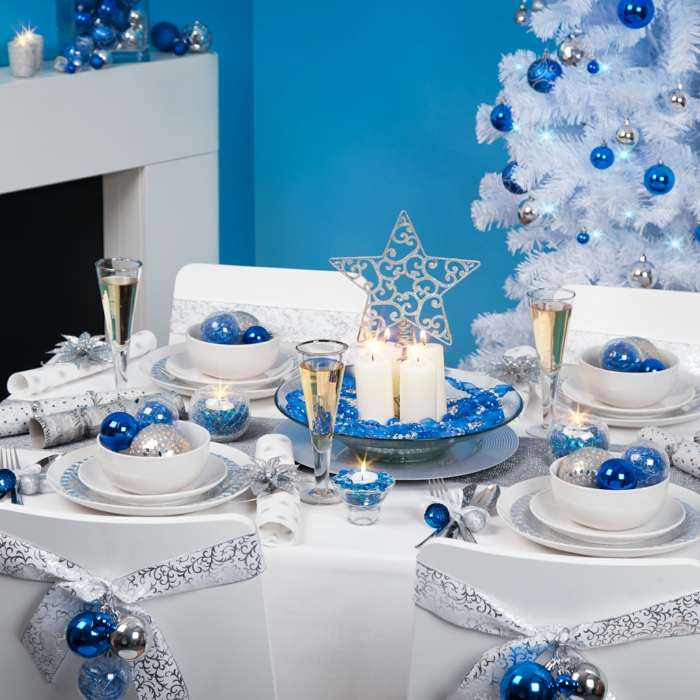 tischdeko blau weihnachten festliche tischdeko weihnachtskugeln weiße tischdecke