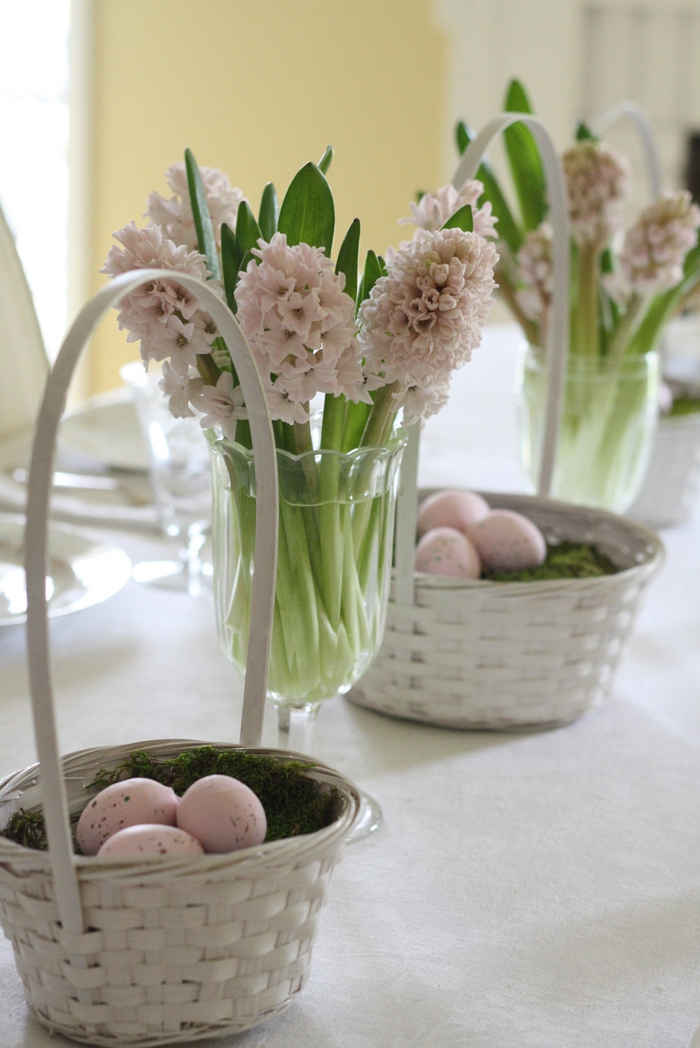 Tischdeko frühlingsblumen  Festliche Tischdeko zu Ostern - Typische Ostersymbole auf den ...