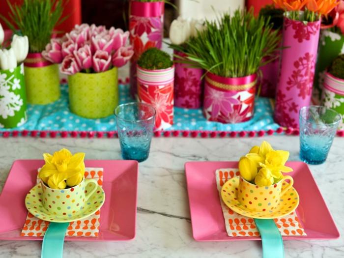 tischdeko ostern ostertischdekoration ideen narzissen porzellan kaffeetassen rosa teller tulpen
