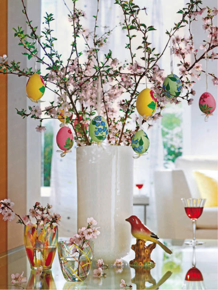 tischdeko ostern ostertischdekoration ideen ostereier bemalen vasen frühlingszweige