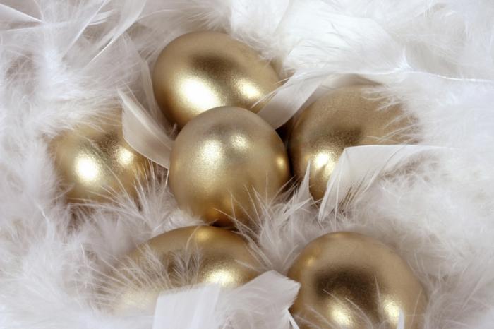 tischdeko ostern ostertischdekoration ideen ostereier goldene eier weiße feder