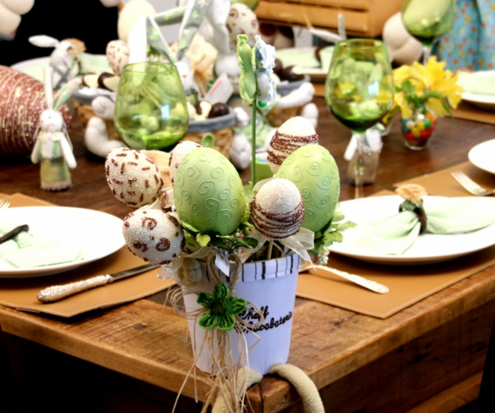 tischdeko ostern ostertischdekoration ideen ostereier kunsteier vasen osterhasen