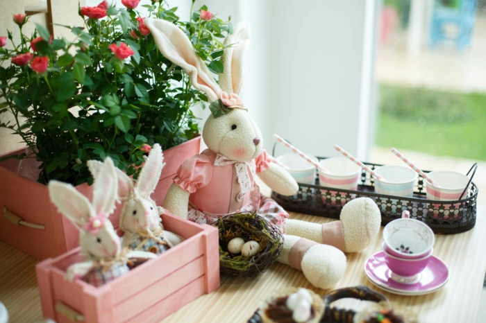 tischdeko ostern ostertischdekoration ideen ostereier osterhasen kuscheltiere wachteleier nest holzkiste pastellfarben rosa