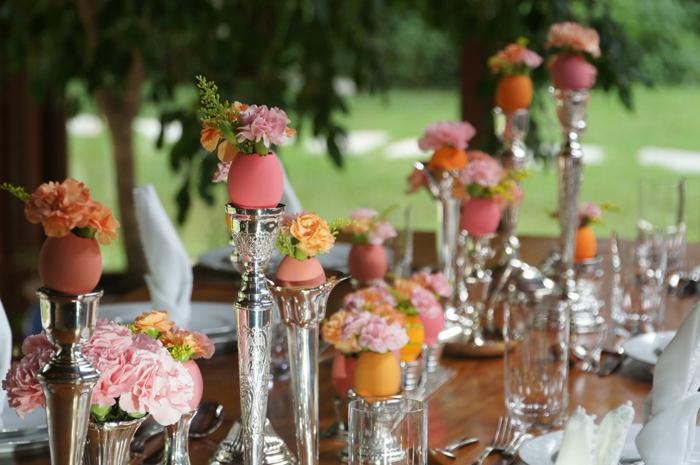 tischdeko ostern ostertischdekoration ideen ostereier vasen frühlingsblumen kerzenleuchter silber