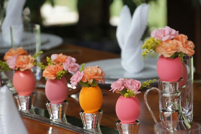 tischdeko ostern ostertischdekoration ideen ostereier vasen orange rosa frühlingsblumen