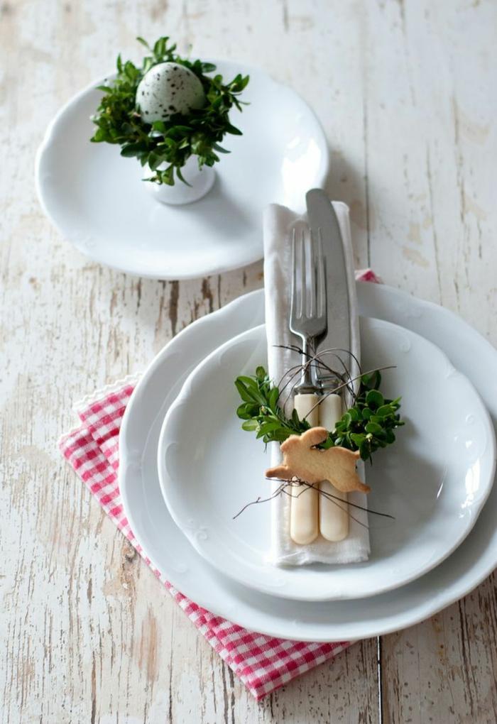 tischdeko-osternostertischdekoration ideen ostereier wachteleier osterhasen kekse buchsbaum zweige frühlingszweige pursitische deko