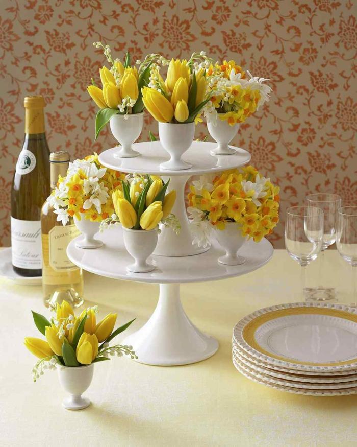 ostertischdekoration ideen tortenständer eierbecher porzellan gelbe narzissen tulpen