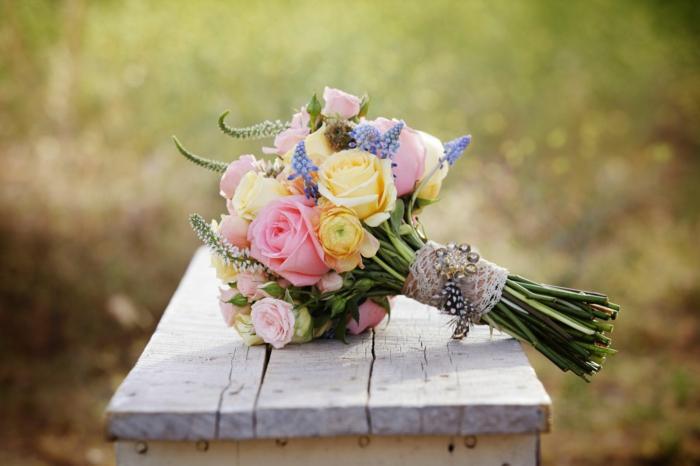 vintage hochzeit natur bunte blumen rosen spitze feder