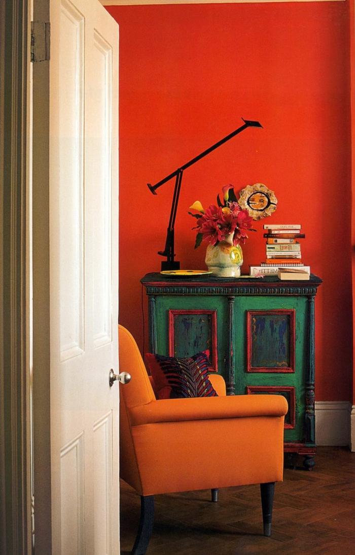 wandfarbe ideen orange wände rustikaler schrank oranger sessel