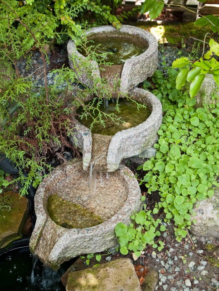 wasserfall im garten fließendes wasser pflanzen