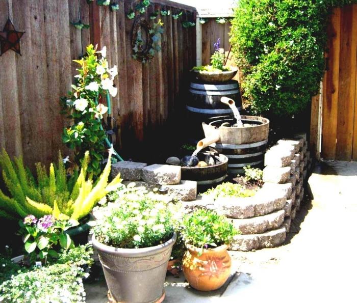 wasserfall im garten gartenbrunnen pflanzen gartenzaun