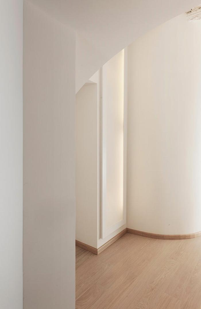 weiße wände laminat helles holz minimalistische inneneinrichtung penthousewohnung