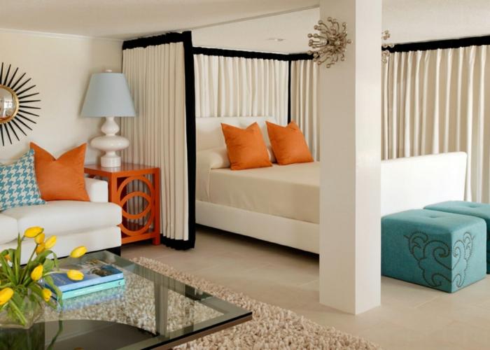 wohnraumgestaltung einzimmerwohnung frische farben schlafbereich vorhänge couchtisch sofa poufs