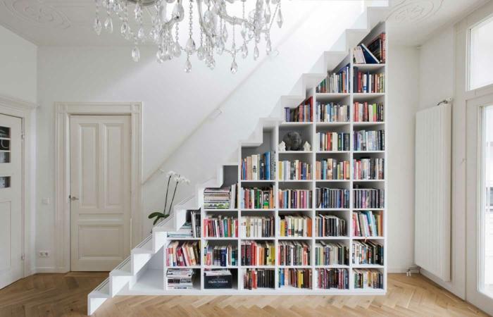 wohnraumgestaltung einzimmerwohnung treppe bücherregale kristallkronnleuchter
