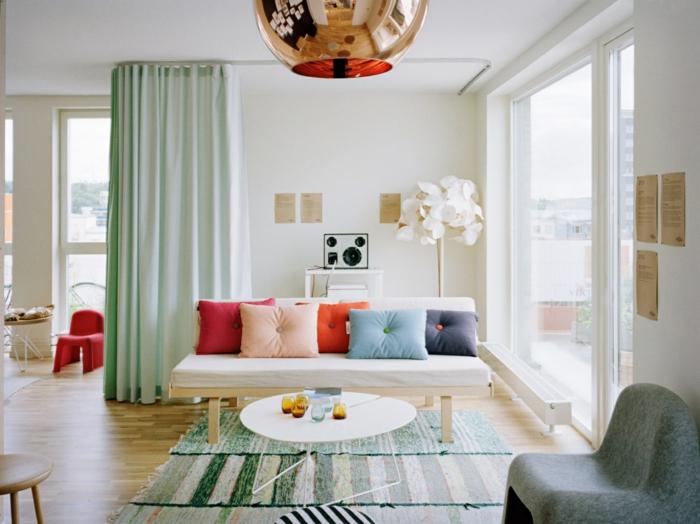 wohnraumgestaltung wohnzimmer teppichläufer dekokissen sofa runder beistelltisch