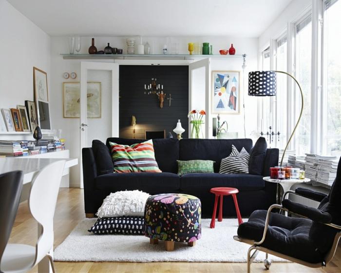 wohnzimmer ideen kissen stehleuchte sessel couch hocker weißer teppich