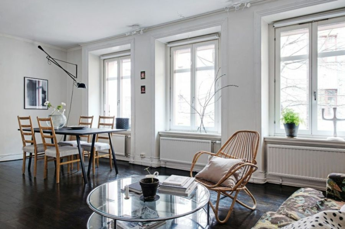 wohnzimmer inneneinerichtung skandinavischer wohnstil runder glastisch esstisch holzstühle