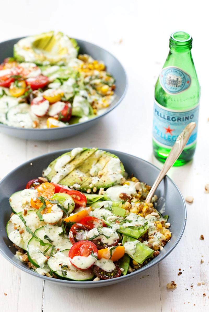 Basilikum Pflanze frischer Salat mit Basilikum gesunde Ernährung