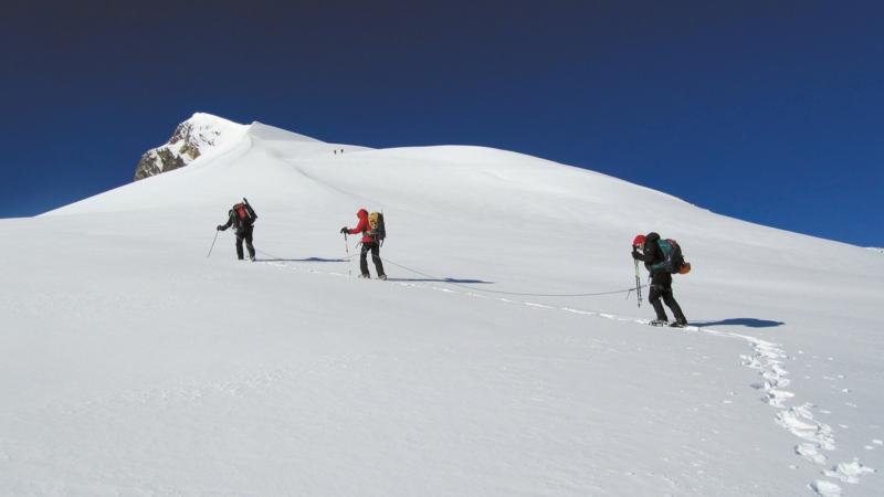 Bergsteiger im Schnee Ziele weltweit Gipfelstürmer